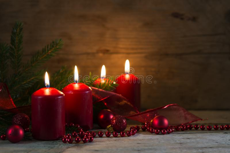 Vier rode brandende kaarsen bij de vierde komst, Kerstmis decorat royalty-vrije stock afbeeldingen