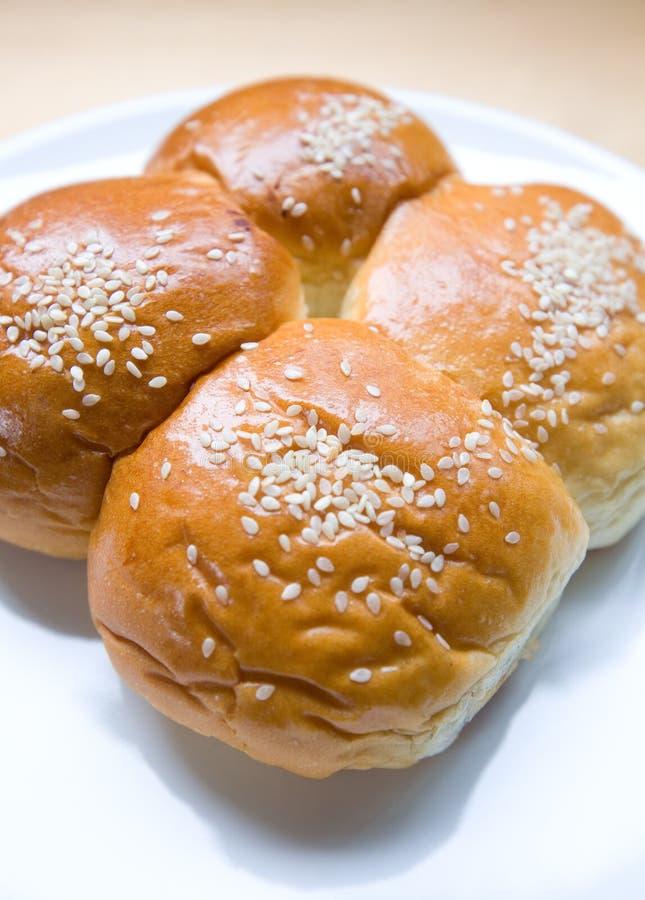 Vier süße Brötchen mit Sesamstartwert für zufallsgenerator lizenzfreie stockfotos