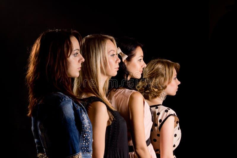 Vier schöne Jugendlichen im Profil lizenzfreies stockfoto