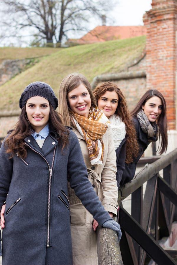 Vier schöne junge lächelnde Frauen, Porträt lizenzfreies stockbild