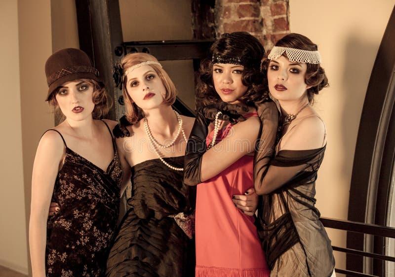 Vier schöne Weinlese-Frauen stockfotografie
