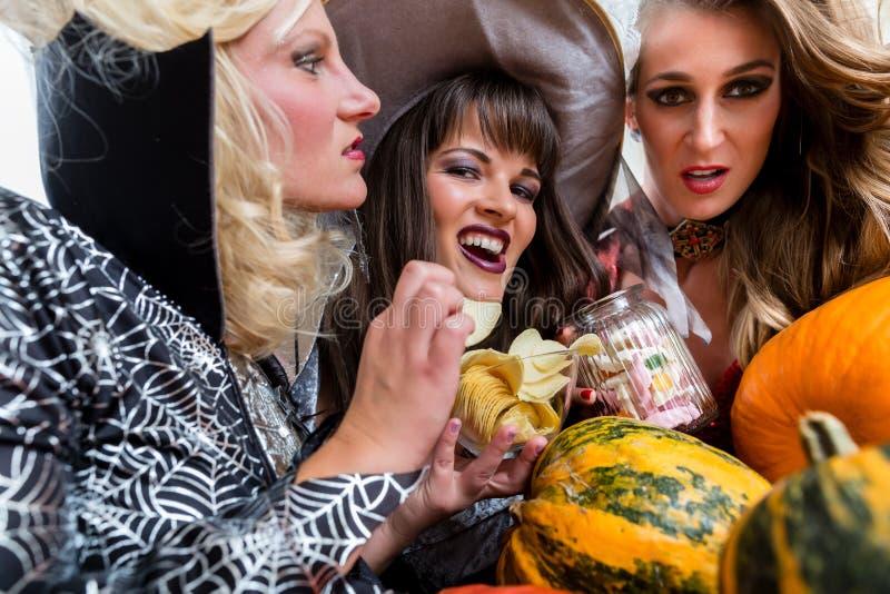 Vier Schönheiten, die Spaß beim Halloween zusammen feiern haben lizenzfreies stockbild