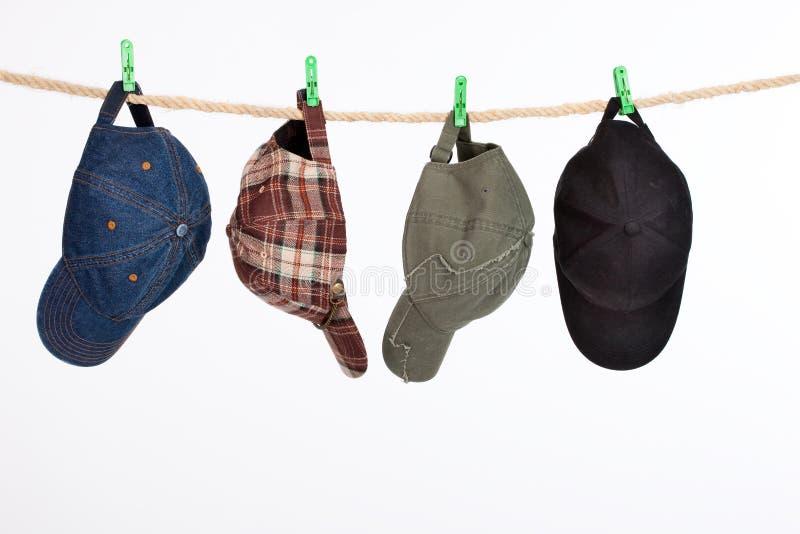 Vier Schutzkappen auf einer Wäscheleine stockfotografie