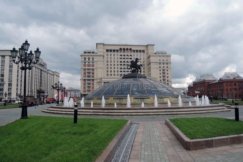 Vier seizoenenhotel in de Vierkante, bloeiende bloemen van Moskou en van Manege stock afbeeldingen