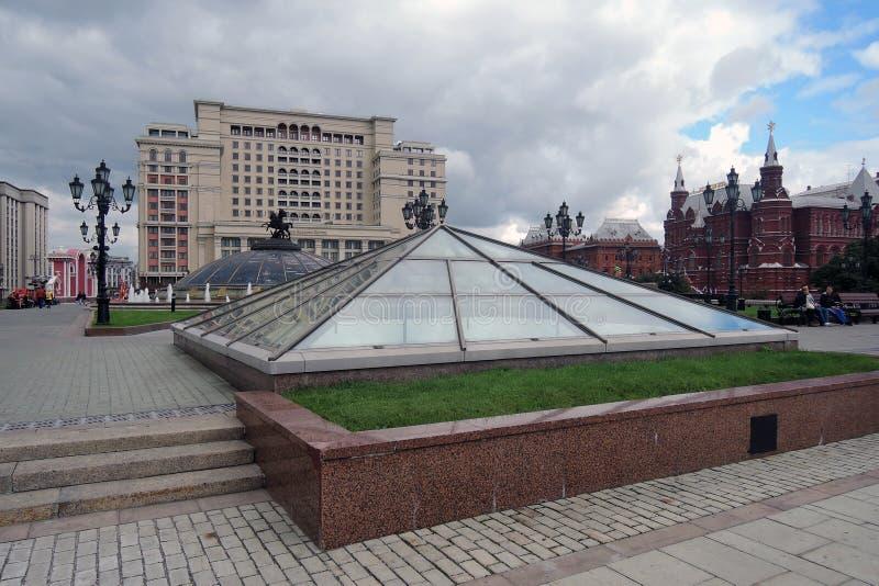 Vier seizoenenhotel in de Vierkante, bloeiende bloemen van Moskou en van Manege royalty-vrije stock afbeeldingen