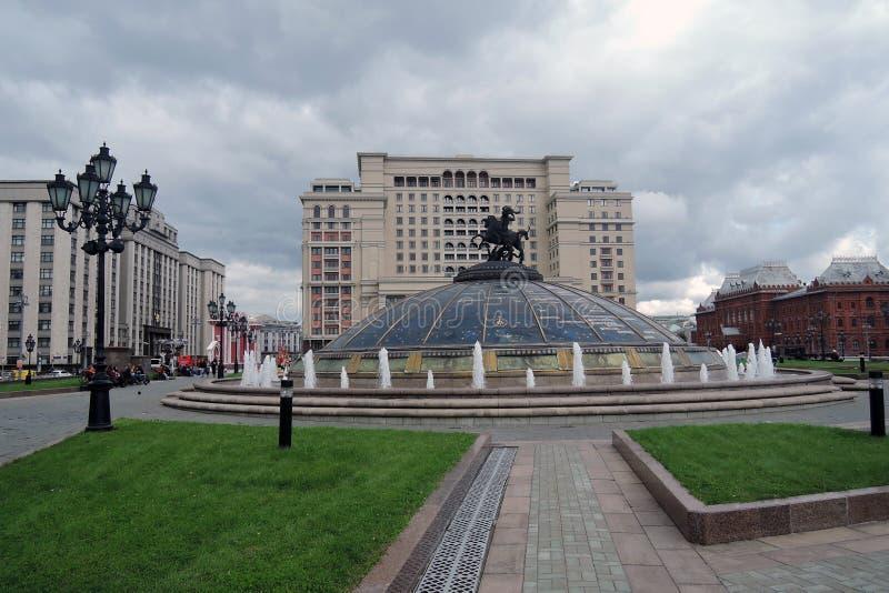 Vier seizoenenhotel in de Vierkante, bloeiende bloemen van Moskou en van Manege royalty-vrije stock fotografie