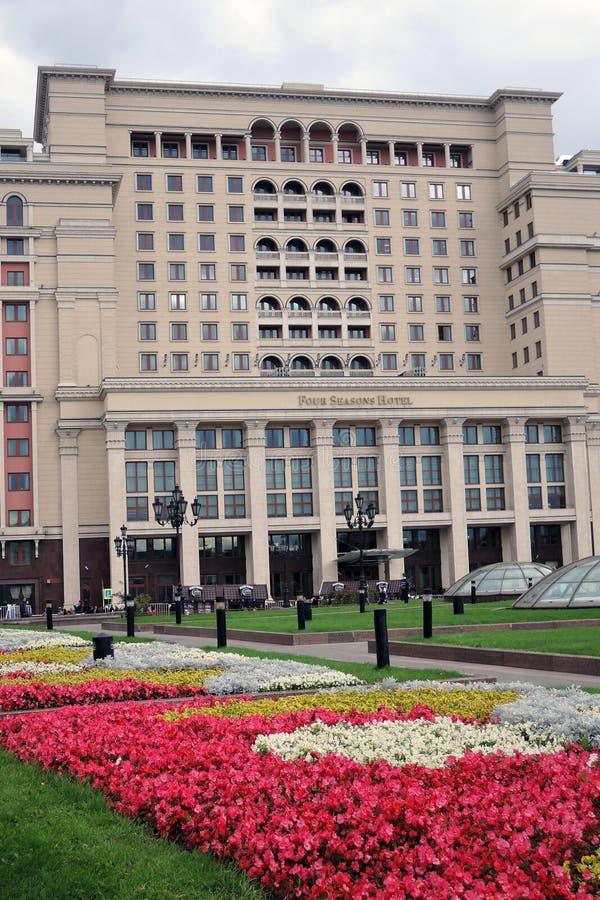 Vier seizoenenhotel in de Vierkante, bloeiende bloemen van Moskou en van Manege royalty-vrije stock foto