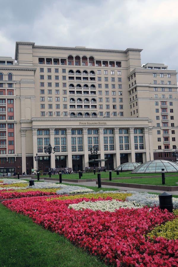 Vier seizoenenhotel in de Vierkante, bloeiende bloemen van Moskou en van Manege stock foto