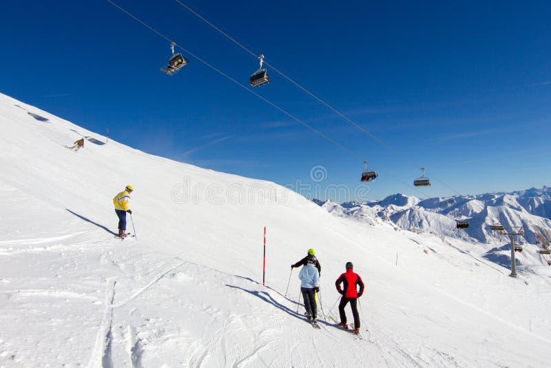 Vier skiërs bij ski hellen stock afbeelding