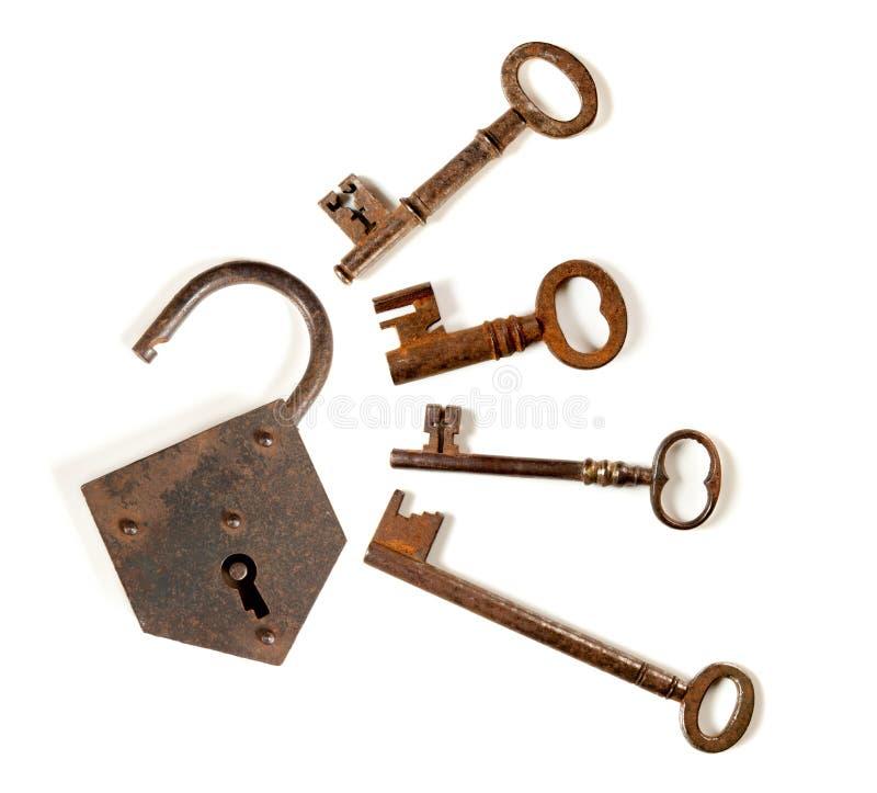 Vier sleutels en een hangslot royalty-vrije stock fotografie