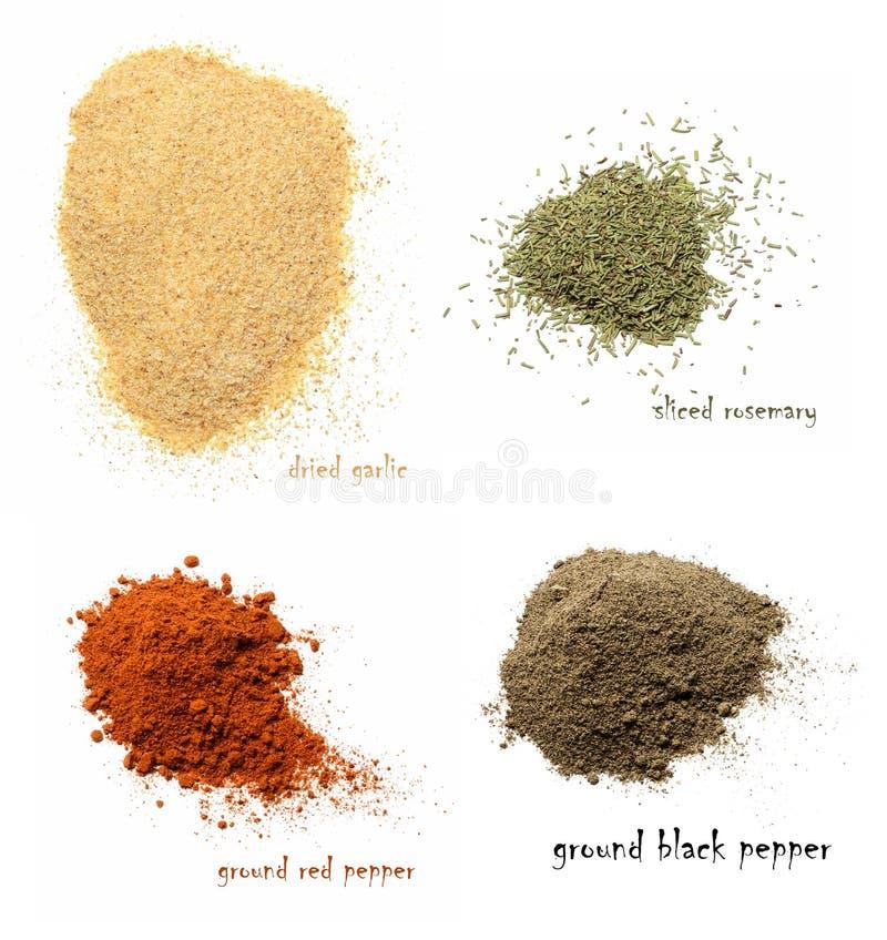 vier-soorten-droge-kruiden-droog-knoflook-gehakte-rozemarijn-grond-spaanse-peper-gemalen-zwarte-witte-ge%C3%AFsoleerde-achtergrond-140201324.jpg