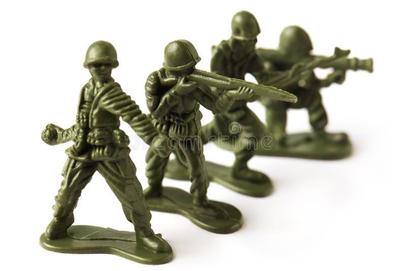 Vier Spielzeugsoldaten, lokalisiert auf weißem Hintergrund lizenzfreie stockbilder