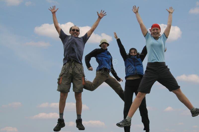 Vier springende Freunde lizenzfreies stockbild
