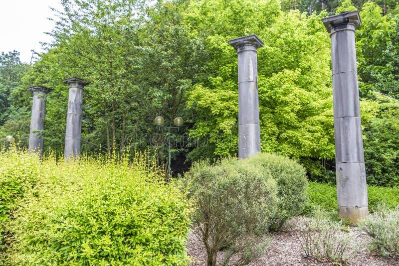 Vier steenkolommen, de laatste overblijfselen van oude Pouhon Pierre le Grand of de Lente van Peter Groot in Kuuroord, België royalty-vrije stock foto