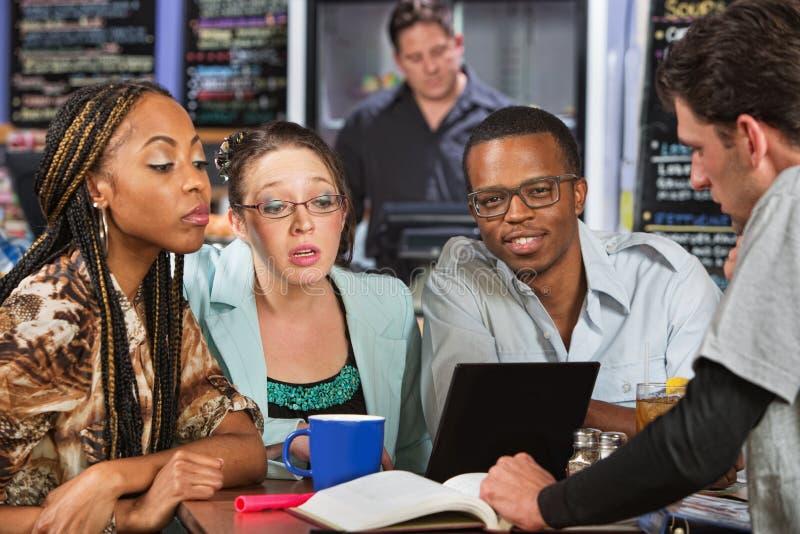 Vier Studenten-Studieren lizenzfreie stockfotos