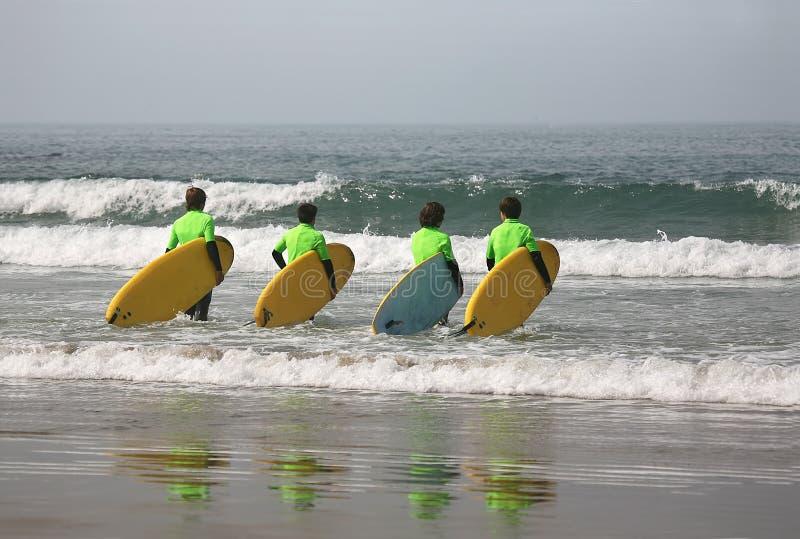 Vier surfers royalty-vrije stock afbeeldingen
