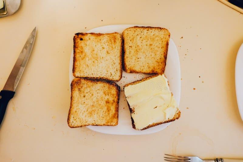 Vier Toast auf der weißen Platte lizenzfreie stockbilder