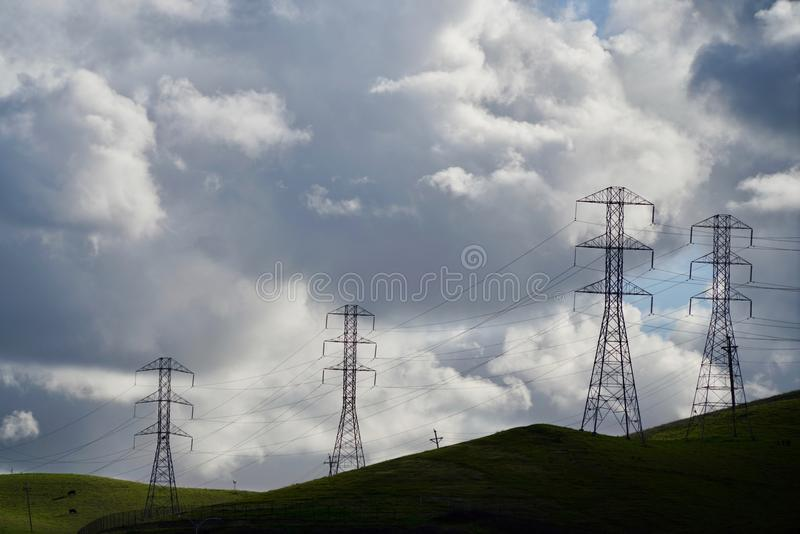 Vier Transmissietorens tegen Dramatische Wolken royalty-vrije stock fotografie