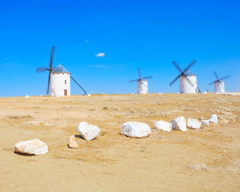 Vier trekken de windmolens van Don Quichot aan. La Mancha Spanje. royalty-vrije stock fotografie