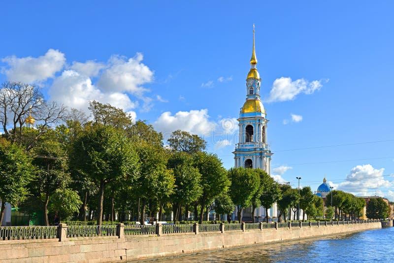 """Vier verhaalklokketoren met lange vergulde spits 1755†""""1758 van St Nicholas Cathedral en tuin Heilige Petersburg stock afbeeldingen"""