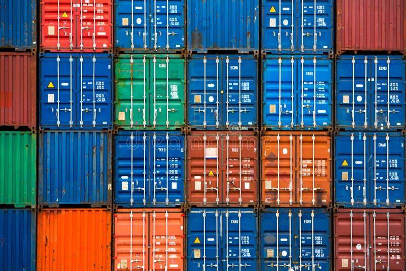 Vier verticale rijen van verschepende containers royalty-vrije stock afbeeldingen
