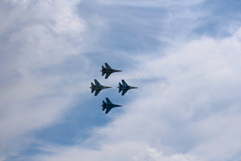 Vier vliegtuigen bestrijden vechters grote sterke krachtige su-34 militaire vechters die in de hemel vliegen royalty-vrije stock foto