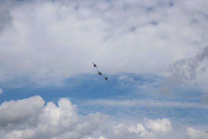 Vier vliegtuigen bestrijden vechters grote sterke krachtige su-34 militaire vechters die in de hemel vliegen royalty-vrije stock afbeeldingen