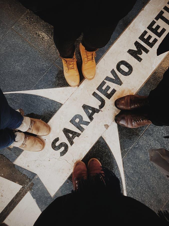 Vier vrienden die beelden van hun voeten in Sarajevo nemen royalty-vrije stock foto