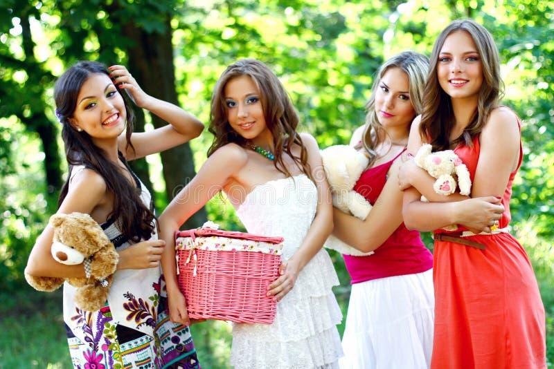 Vier vrij jonge Kaukasische vrouwen in het park royalty-vrije stock fotografie
