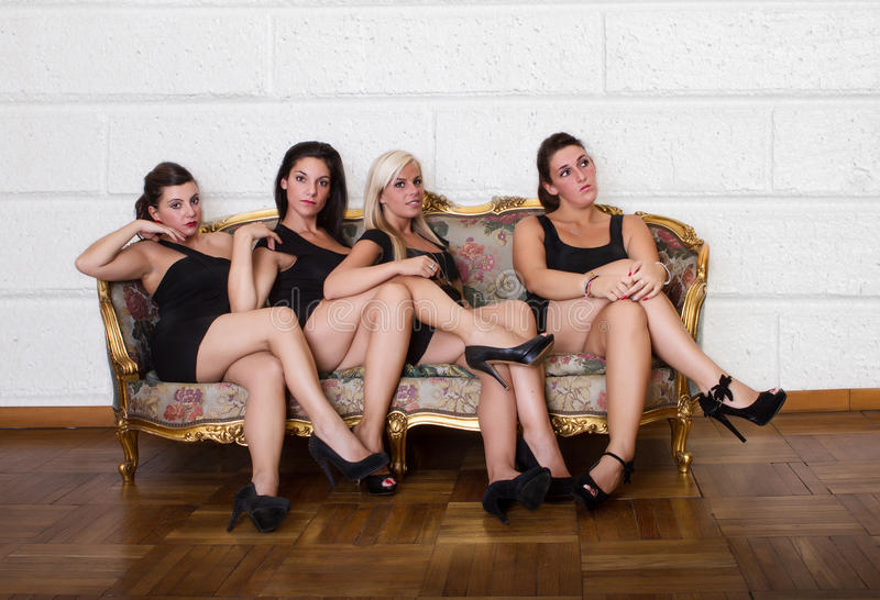 Vier vrouw het boring op bank stock afbeeldingen