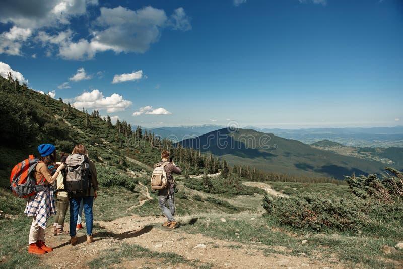 Vier Wanderer verbringen Zeit in den Bergen stockbild