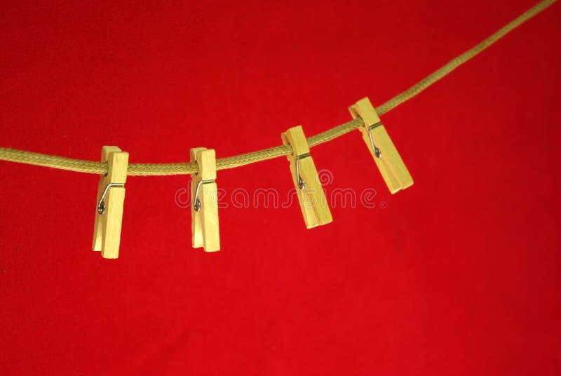 Vier wasknijpers op kabel. stock foto