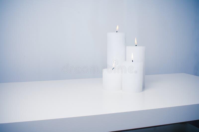 Vier weiße Kerzen Brennen stockbilder