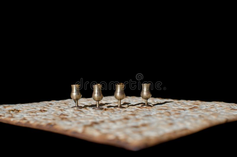 Vier Wein Miniaturschalen und Matzah für das jüdische Passahfest lizenzfreie stockfotos