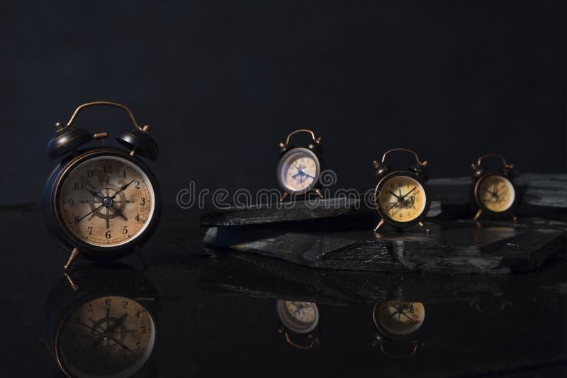 Vier wekkers stock afbeeldingen