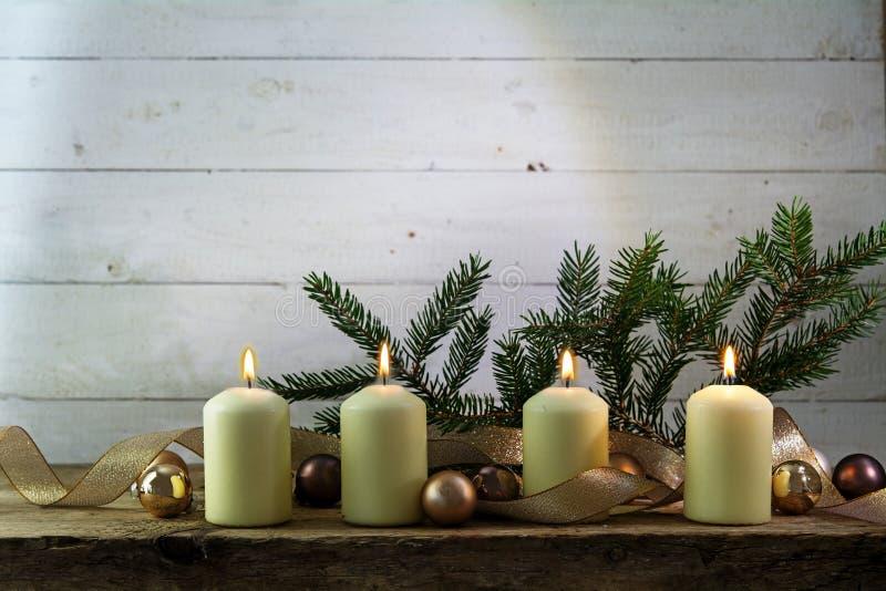 Vier witte brandende kaarsen op de vierde komst, Kerstmisdecor royalty-vrije stock fotografie