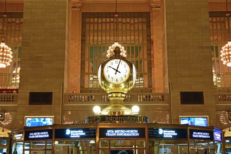 Vier zagen klok bovenop de informatiecabine zijn onder ogen één van het meest herkenbare pictogram van Grand Central stock foto