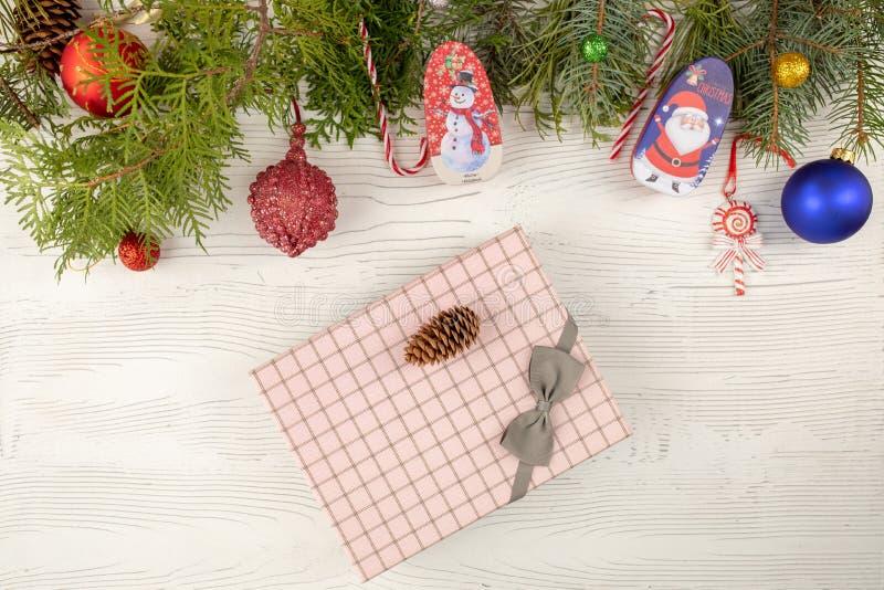 Vierboomtak met versiering, cadeaudozen op een houten tafel op witte houten achtergrond Nieuw jaar en Kerstmis stock afbeeldingen