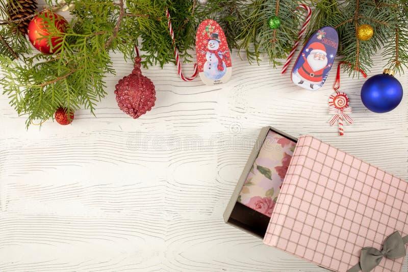 Vierboomtak met versiering, cadeaudozen op een houten tafel op witte houten achtergrond Nieuw jaar en Kerstmis stock afbeelding