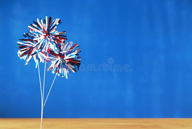 vierde van Juli-decoratie op blauwe achtergrond royalty-vrije stock afbeeldingen