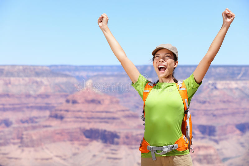 Vierende gelukkige wandelaarvrouw Grand Canyon stock afbeelding