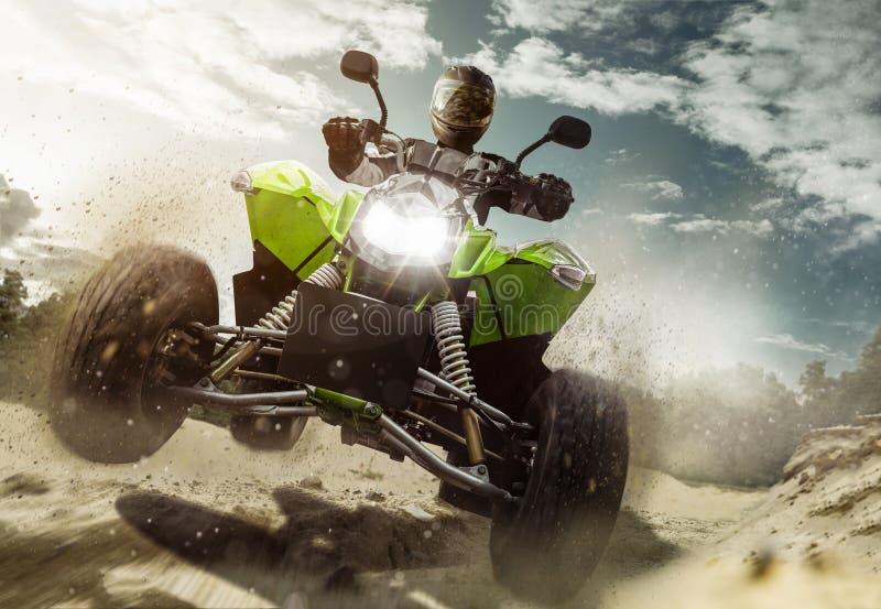 Viererkabel ATV mit voller Geschwindigkeit in der Luft lizenzfreie stockfotografie
