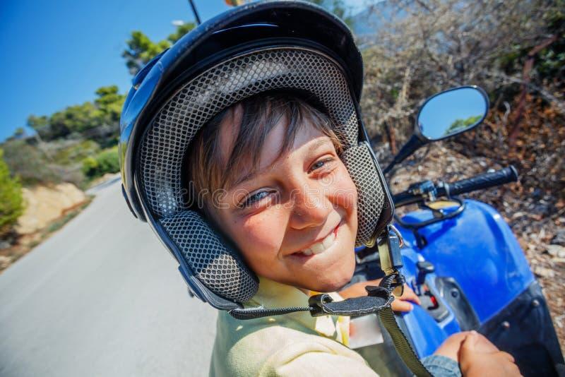 Viererkabelfahrrad des kleinen Jungen Reit Nettes Kind auf quadricycle Bewegungsquersport auf Griechenland-Insel Kindersommerferi lizenzfreie stockfotografie