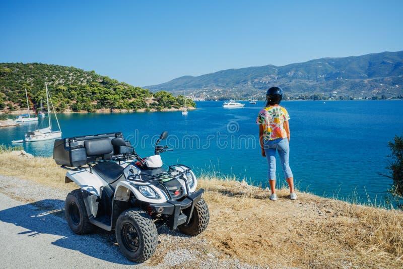 Viererkabelfahrrad des kleinen Jungen Reit Nettes Kind auf quadricycle Bewegungsquersport auf Griechenland-Insel Kindersommerferi lizenzfreie stockfotos