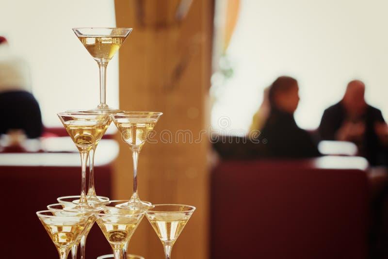 viering Piramide van champagneglazen stock foto