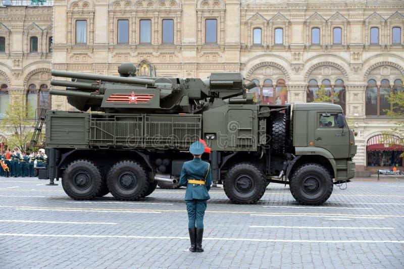 Viering van de 72ste verjaardag van Victory Day Pantsir-S1 is plotseling gecombineerd aan middellange afstands grond-lucht raket  stock foto