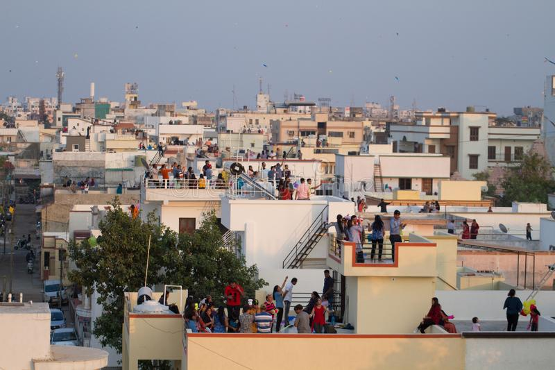 Viering van Uttarayan-vliegerfestival in Gujarat stock afbeeldingen