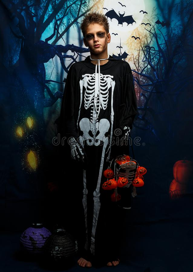 Viering van vakantie Halloween, de leuke 8 jaarjongen in het beeld, kostuum, het skeletthema, de vampier, knuppelconcept stock afbeeldingen