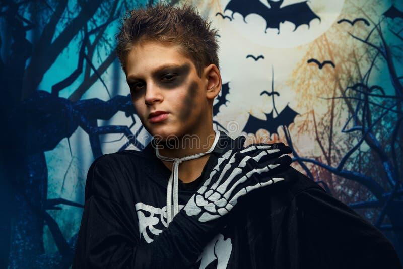 Viering van vakantie Halloween, de leuke 8 jaarjongen in het beeld, kostuum, het skeletthema, de vampier, knuppelconcept royalty-vrije stock foto