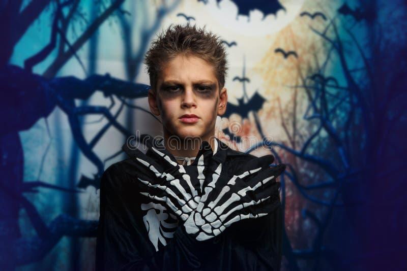 Viering van vakantie Halloween, de leuke 8 jaarjongen in het beeld, kostuum, het skeletthema, de vampier, knuppelconcept royalty-vrije stock afbeeldingen